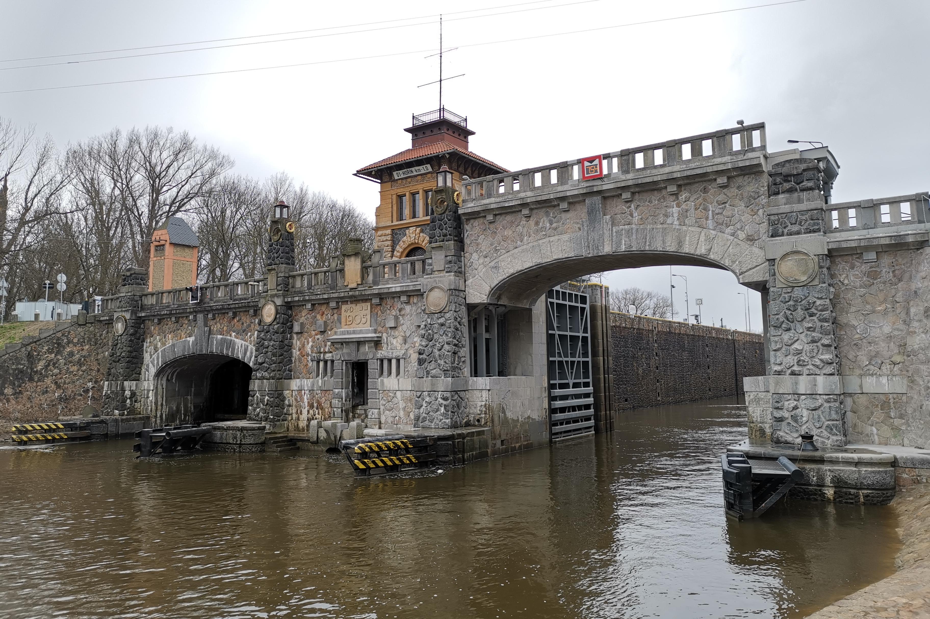 Most přes plavební komoru v Hoříně se poprvé oficiálně zdvihl
